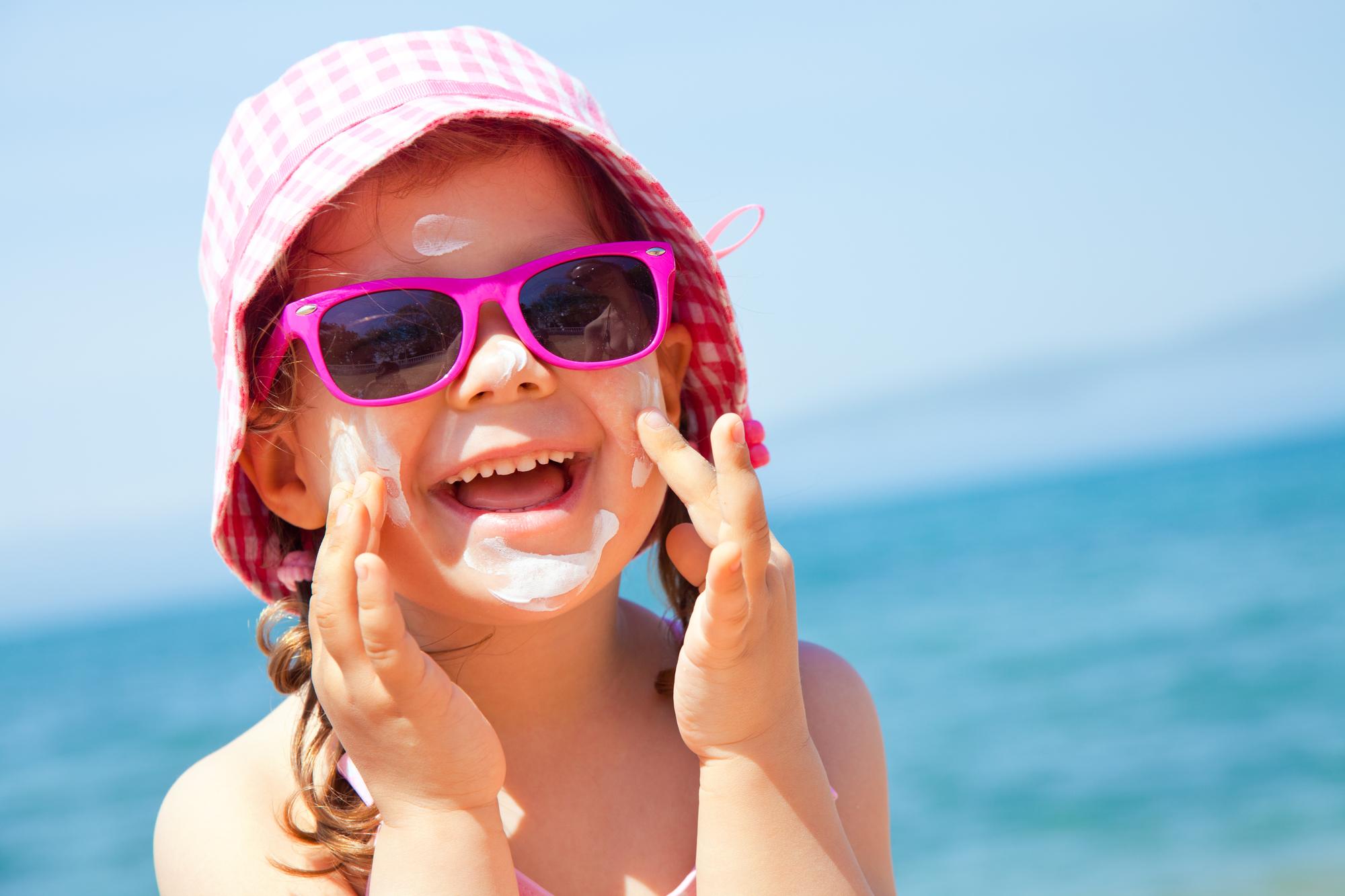 e3980e09b8580 Nos dias de sol crianças também precisam de óculos escuros com ...